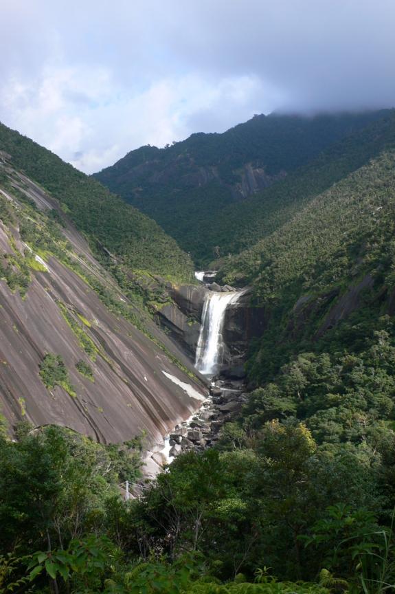 屋久島、千尋の滝(せんぴろのたき)。落差約60m、巨大な花崗岩を流れ