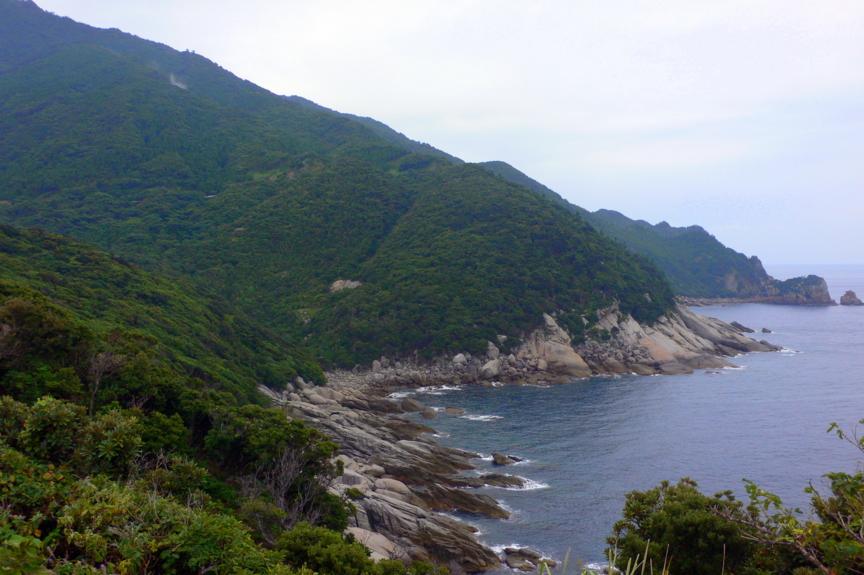 島の北西部、永田岬の屋久島灯台から南側の海岸。花崗岩がせりあがる