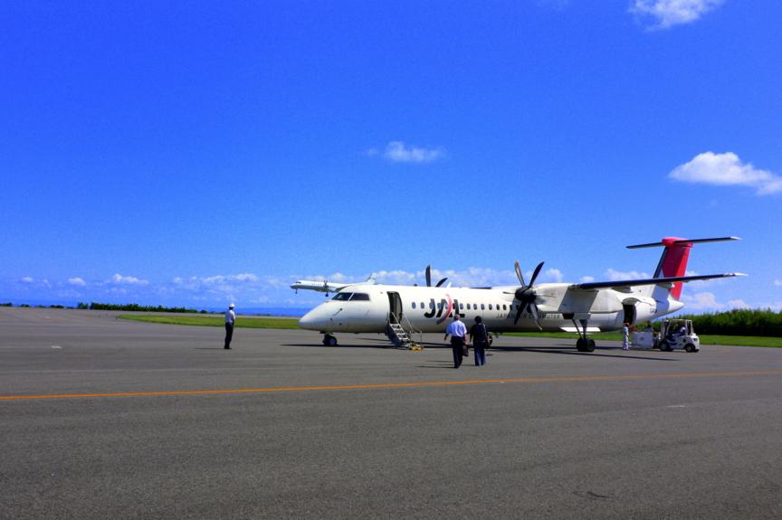 屋久島空港にて帰りの飛行機Q400。空港の建物を出て歩いて乗りに行く