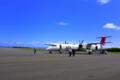 [旅行][屋久島]屋久島空港にて帰りの飛行機Q400。空港の建物を出て歩いて乗りに行く
