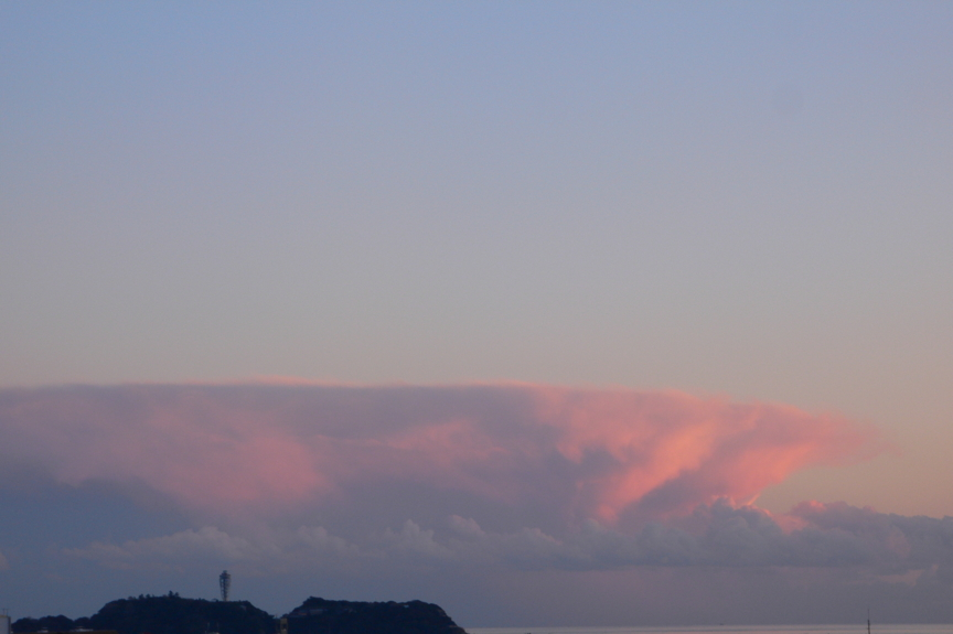 江の島の南かなたに見えた不思議な形の雲