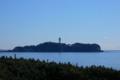 [海] 波が穏やかで、江の島展望灯台が海面に少しうつってみえる