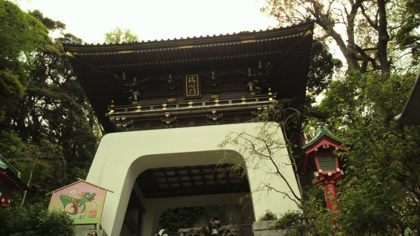 江の島参道から江島神社辺津宮に上る階段を眺める