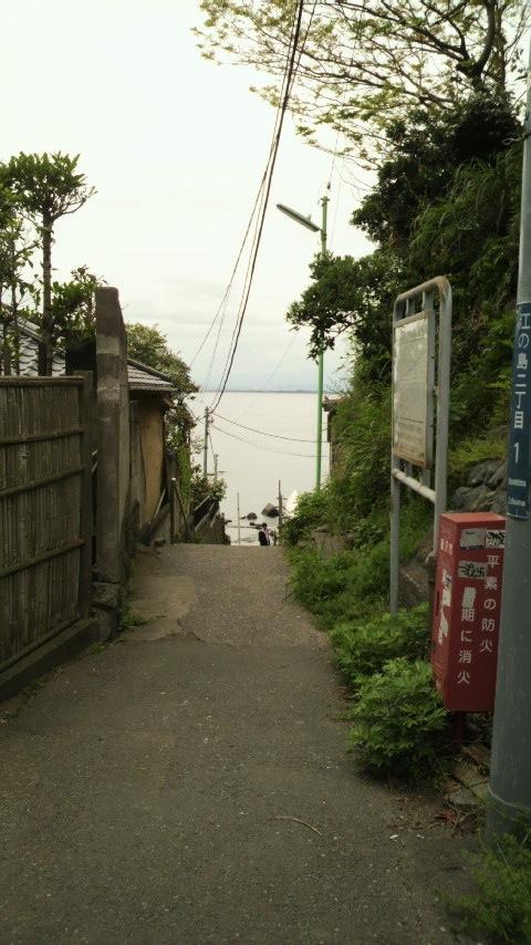 江の島西浦に続く小道。この先に砂浜がある。