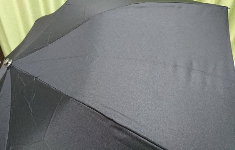 濡れる前の無地の傘
