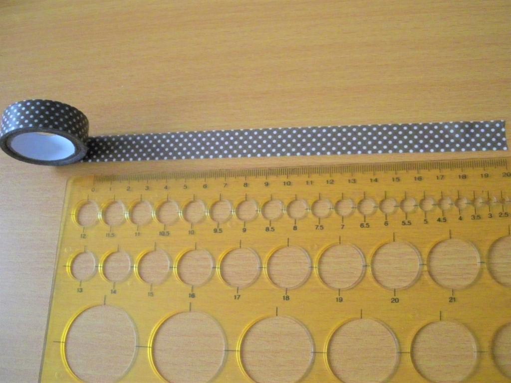 リボンを作るためマステの長さを計測する画像
