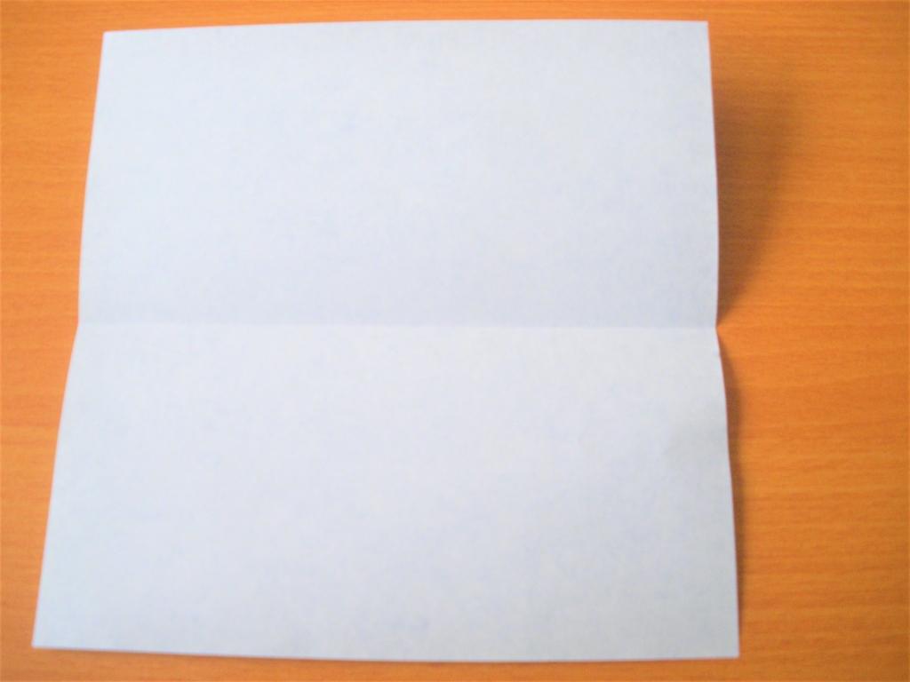 2つ折りの折り紙を開いた画像