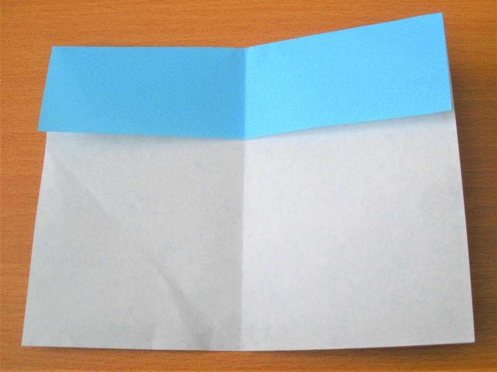 折り紙の中心に折り線をつける画像