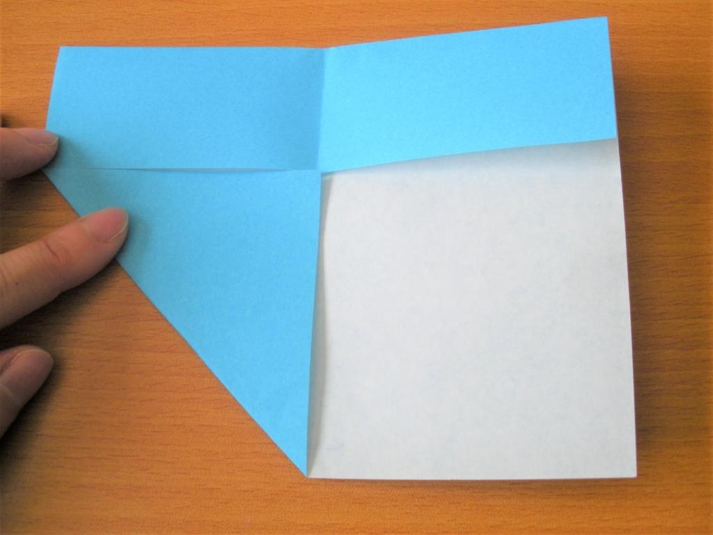 折り紙の折り目に合わせて三角に折る画像