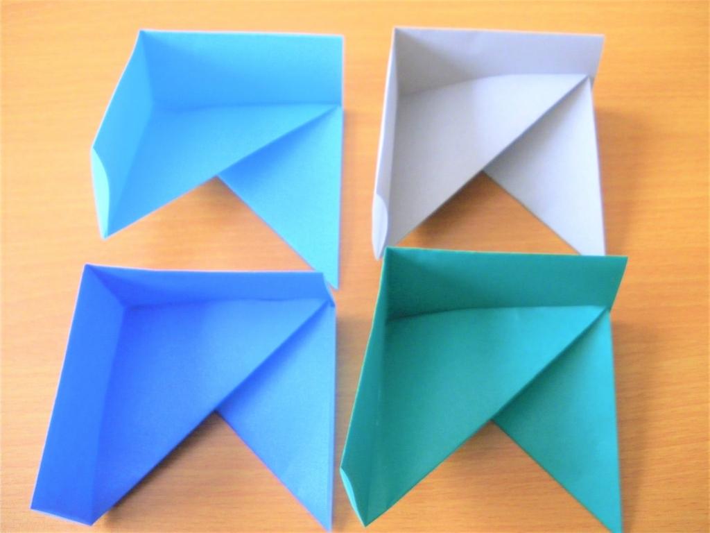 折り紙で作る四角形の箱の基本形を4つ作った画像