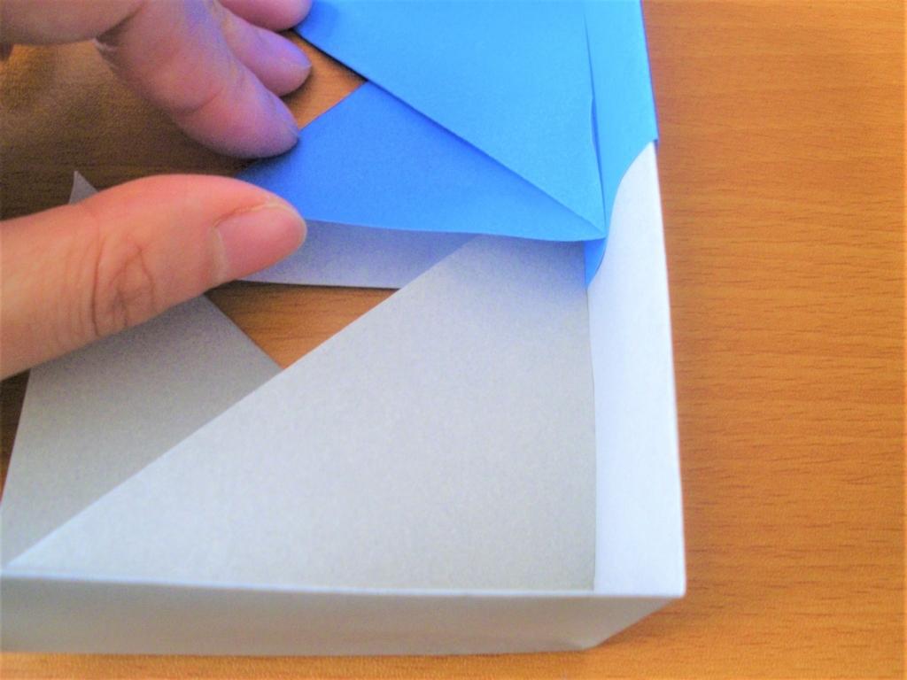 折り紙の箱の2つの基本形を組み合わせる画像