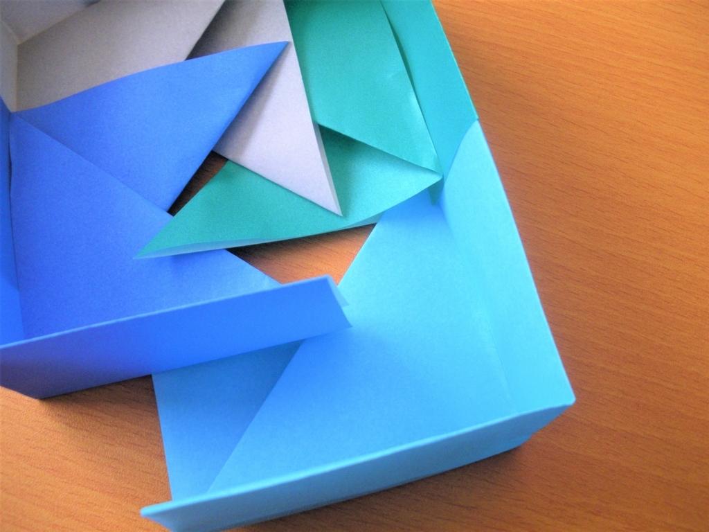 4つ目の箱の基本形を組み合わせた箱に差し込む画像