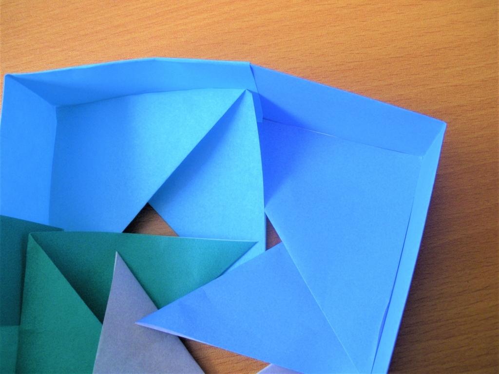 折り紙で作る四角形の箱の最後の工程の画像