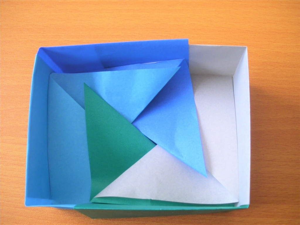 折り紙箱の基本形を組み合わせ完成直前の画像