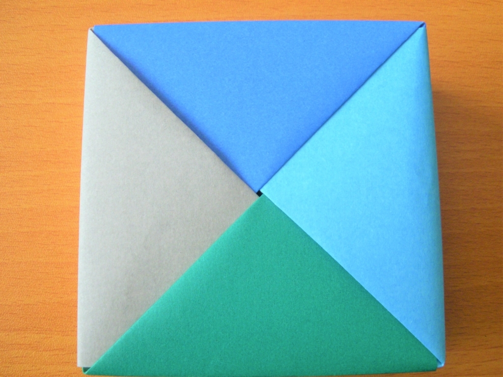 折り紙で作った四角形の小物入れ裏面の画像