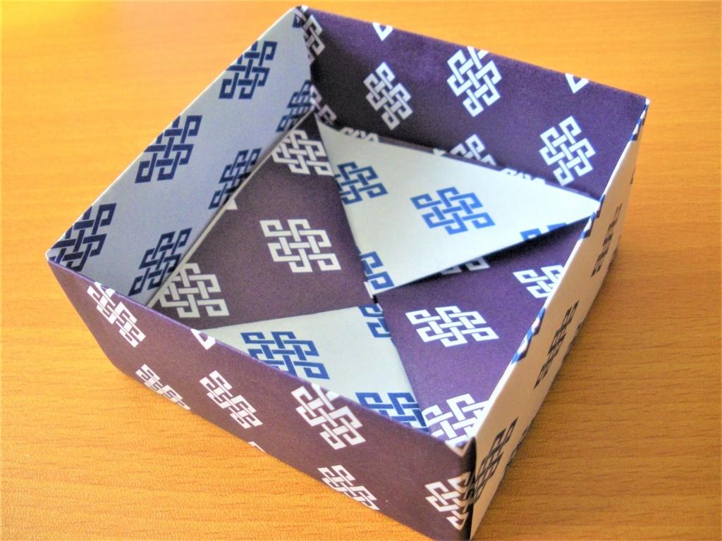 和柄の折り紙で作った四角形の箱の画像