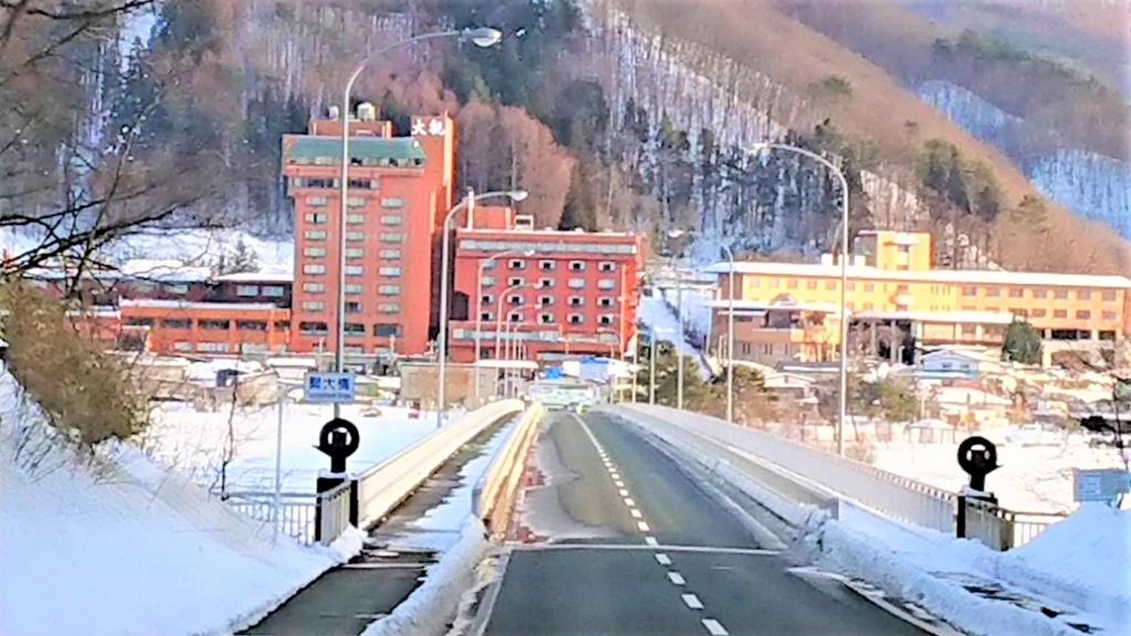 ホテル大観の外観と御所湖の画像
