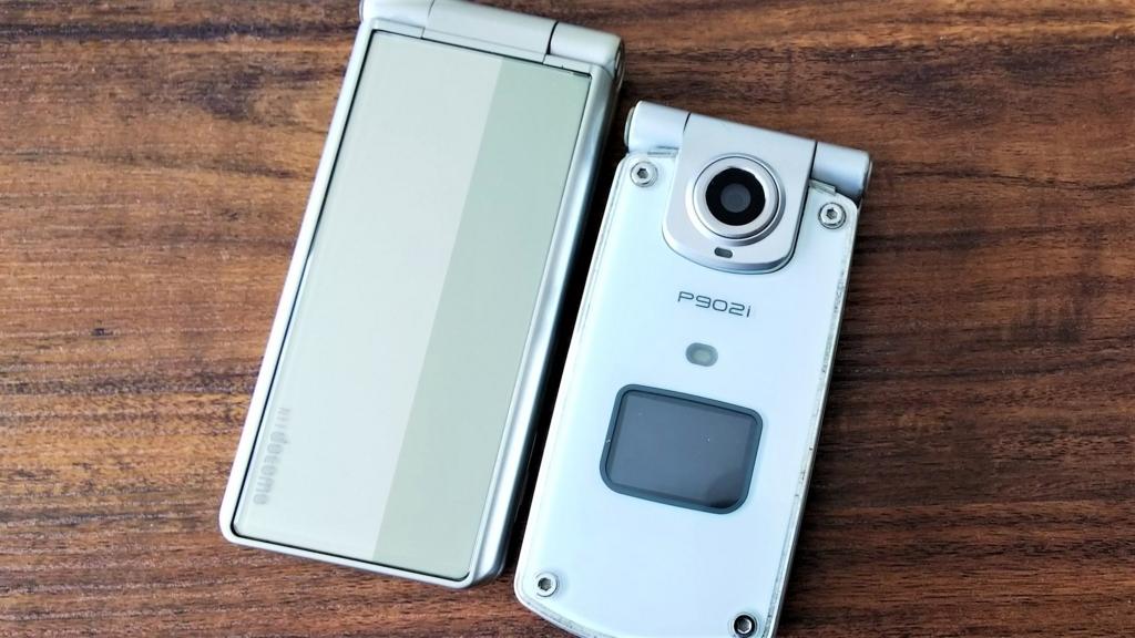 ドコモのガラケーP902iとP-01Eの画像