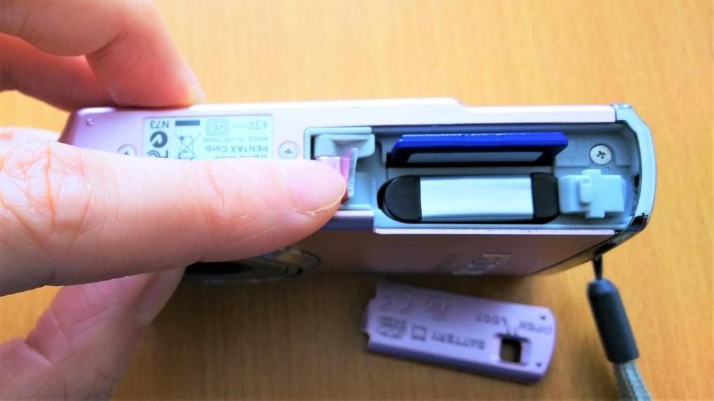 デジカメのSDカード挿入口の画像