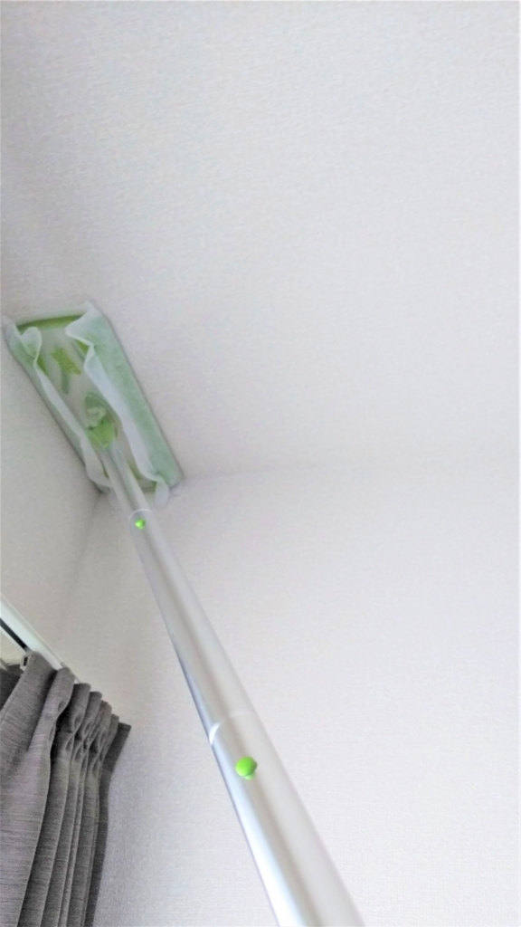 フローリングワイパーを天井掃除に使う画像