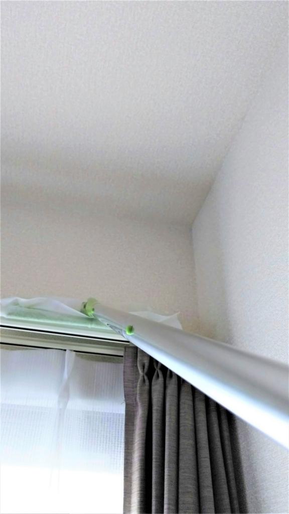 フローリングワイパーをカーテンレール掃除に使う画像