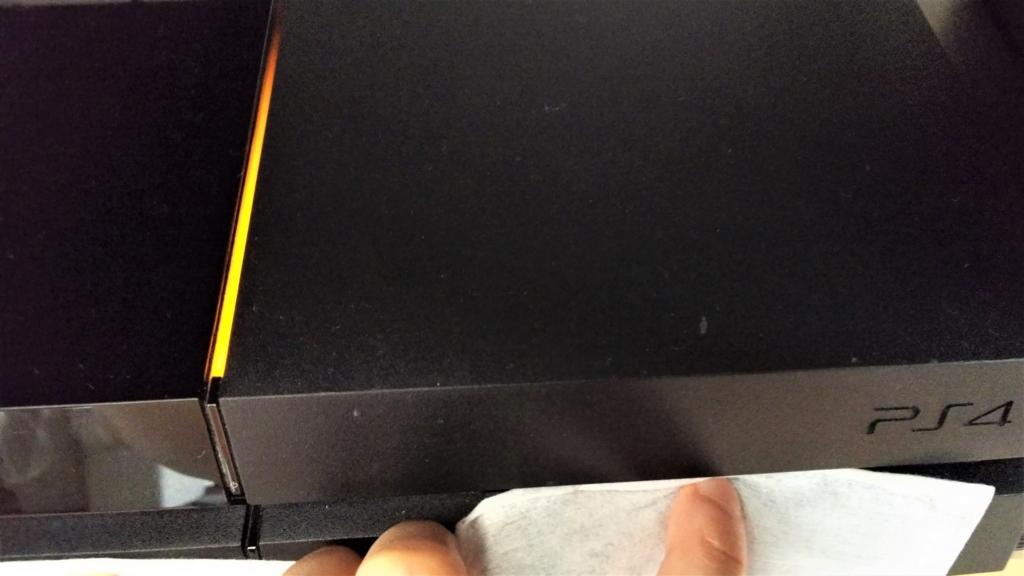 フローリングドライシートでPS4の溝の埃を取る画像