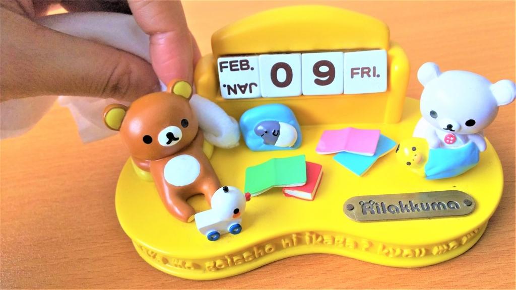 置き型カレンダーの凹凸の埃をフローリングドライシートで取る画像
