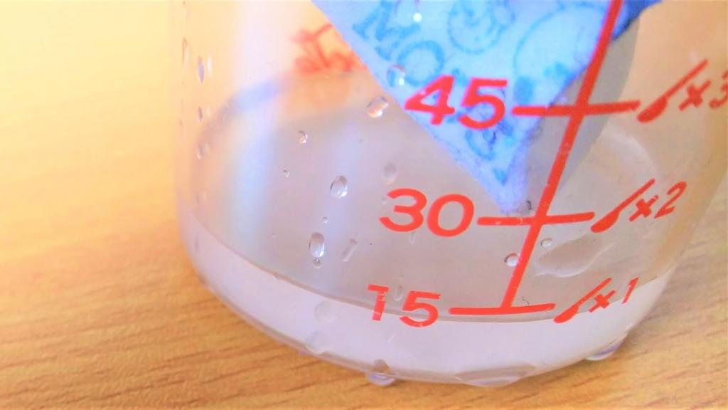 結露吸水テープの吸水量を測る計量カップの画像