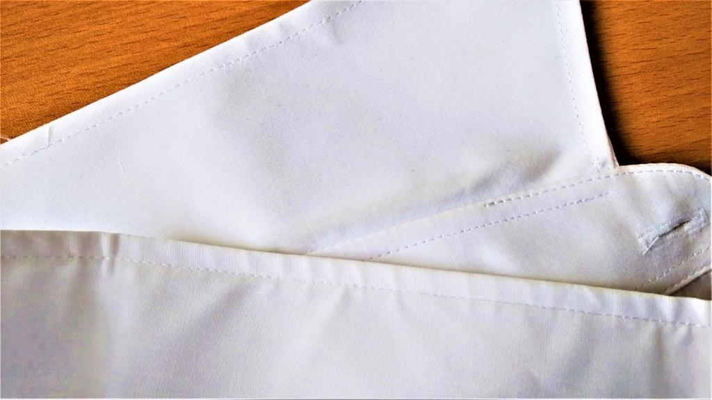 襟袖が汚れた白いワイシャツの画像