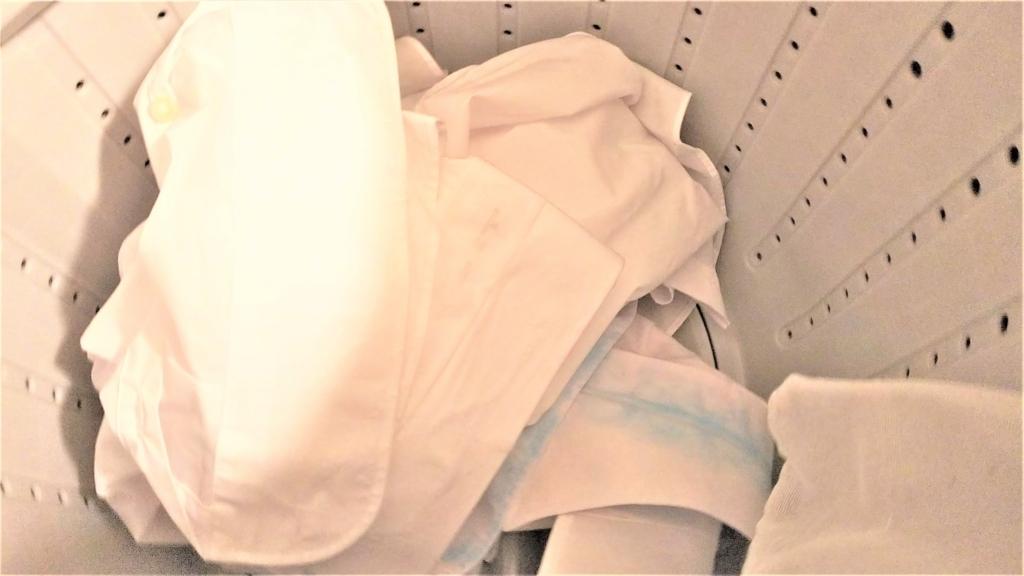 洗濯機に入れた2枚のワイシャツの画像