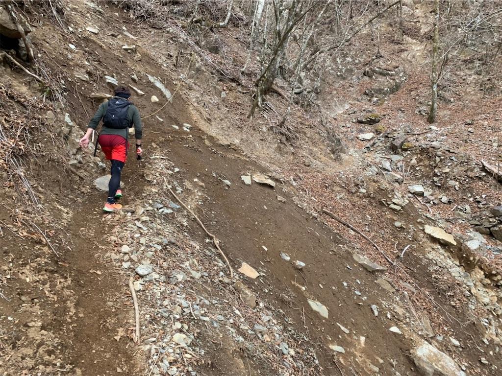 滑ったら落ちる山道
