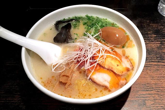 らーめんてつや「とんこつ辛か麺」豚骨スープに特製辛み醤を利かせたピリ辛豚骨ラーメン!