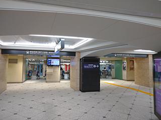 早朝の阪急三宮駅改札