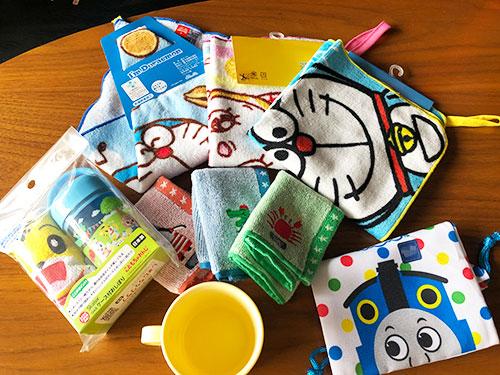 おしぼり、おしぼりケース、手拭き、コップ、コップ入れ袋の写真