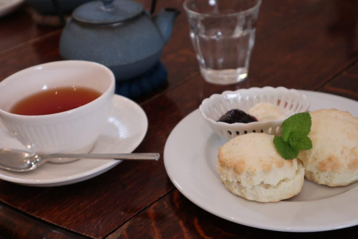 scones-and-tea-at-Felicite