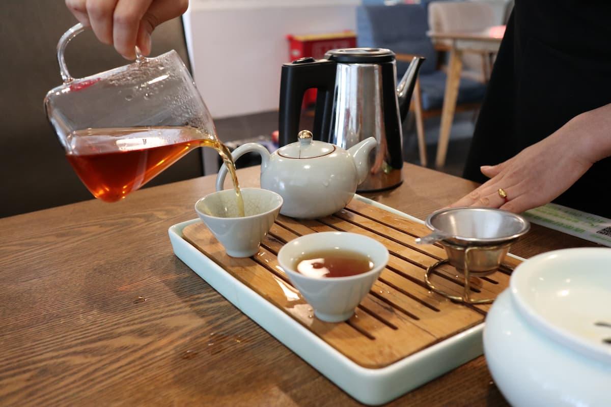 中国紅茶を茶器で淹れる様子