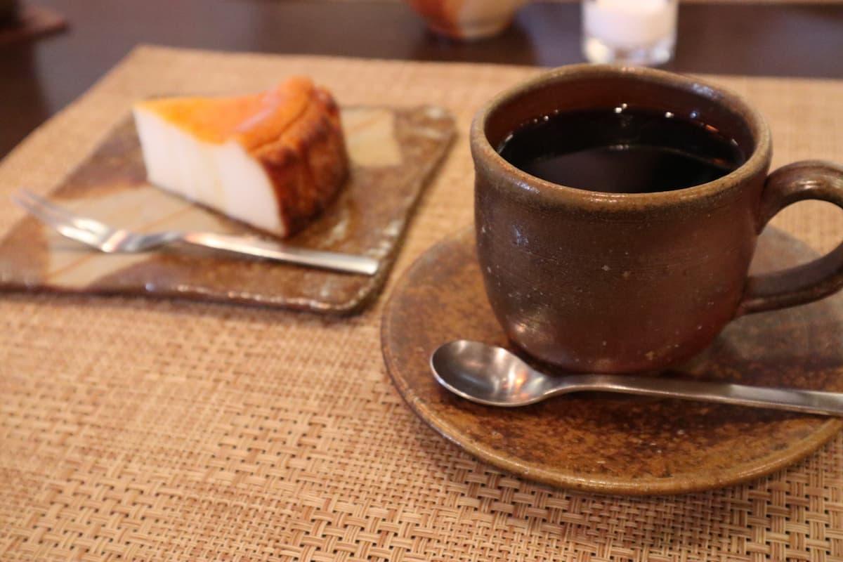 備前焼の器に入ったコーヒー