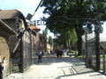 [ポーランド]「ARBEIT MACHT FREI(働けば自由になる)」と書かれた、収容所の正門。