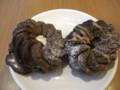 [食べ物][お菓子]ミスタードーナッツのエンゼルショコラ(左)とパリパリミルクチョコ。