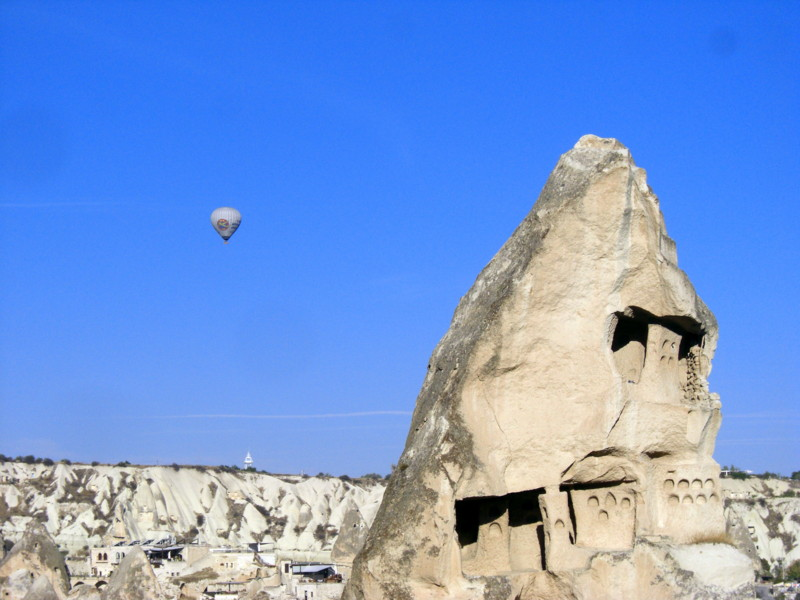気球、飛行機雲、奇岩