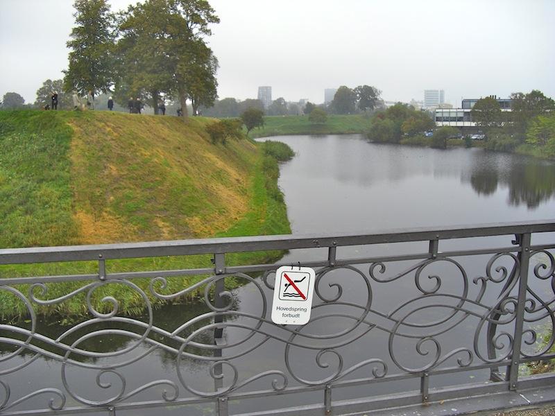 コペンハーゲンのピクトさん「飛び込み禁止」