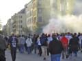 [デンマーク][フットボール]発煙筒を炊きながらスタジアムへ向かうアウェーサポ