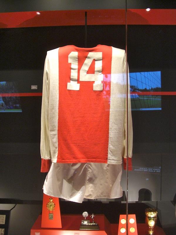 70年代初頭にヨハン・クライフが着ていたアヤックスのシャツ