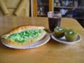 [食べ物]鮭サンド+キウイフルーツ+アイスコーヒー