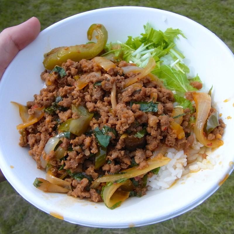 豚挽き肉と青じそ炒めがかかったご飯