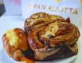 [食べ物]ウインナーロールとチョコレートパン