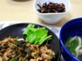 [食べ物][自炊]大根葉と豚肉の炒め物、ほうれん草などのスープ、ひじきの煮物