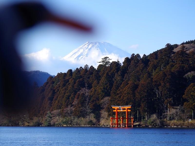 箱根神社の鳥居と富士山と筆者の指