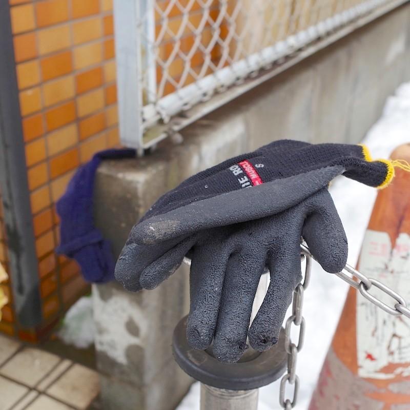 両手用の手袋と一組の手袋