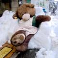 [風景写真]雪で作られた椅子に座る熊のぬいぐるみ